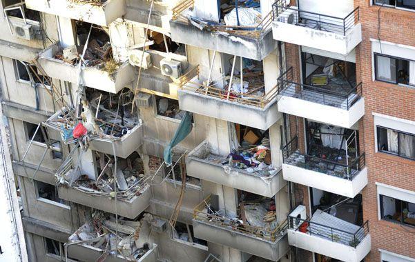 Onda expansiva. Las construcciones linderas al edificio de Salta 2141 fueron severamente afectadas por la explosión. (foto: Francisco Guillén)
