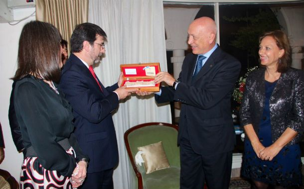Obsequios. El gobernador siguió recibiendo ayer presentes de distintas autoridades en su visita a Nueva Delhi.