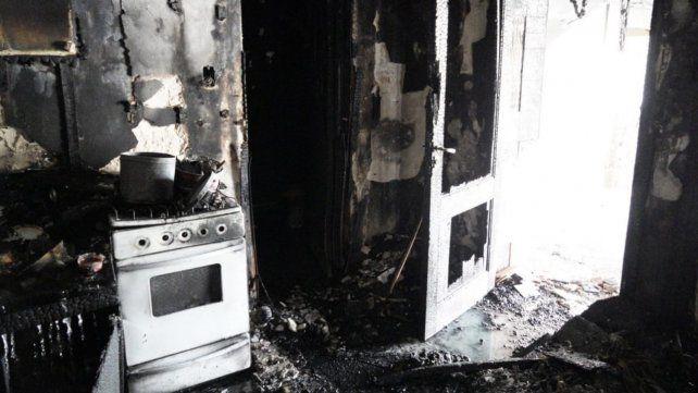 Un voraz incendio consumió el viejo hotel Amenábar y las pérdidas fueron totales