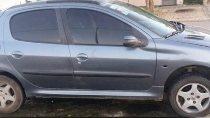 El conductor del Peugeot 206 gris fue demorado en un control policial en bulevar Seguí al 5400.