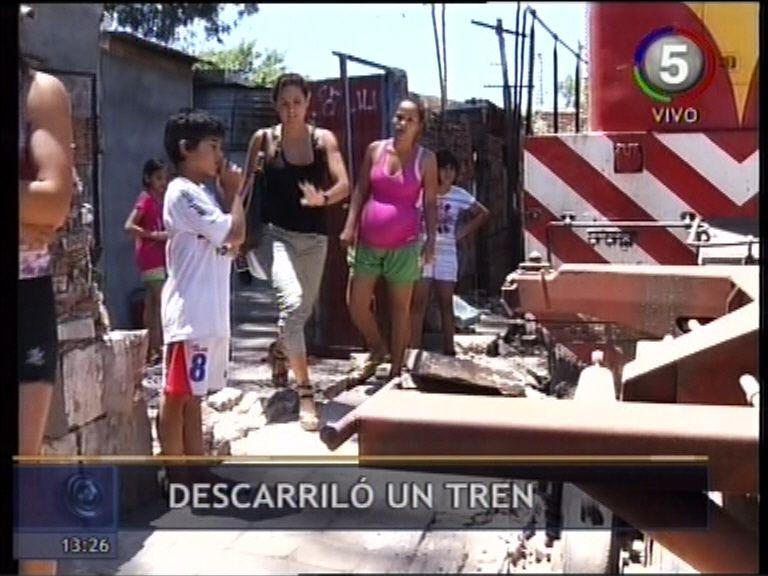 Sólo un susto: un tren descarriló y derrumbó la pared de una casa