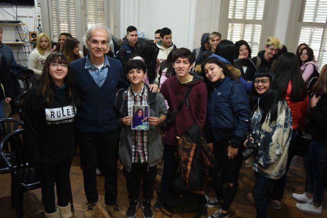 Marcelo Márquez vivió una emotiva jornada rodeado por los chicos y chicas de 5º E de la Escuela Secundaria Bernardino Rivadavia