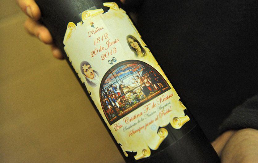El packaging del malbec. El envase incluye una réplica de un vitraux de la Catedral de Rosario.