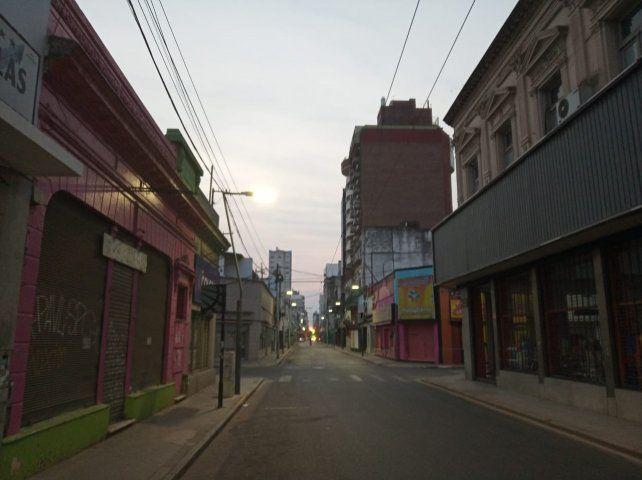 Alerta meteorológico para Rosario y la región por tormentas fuertes en una mañana calurosa y con humo