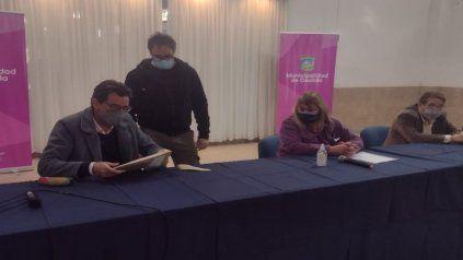 Acto de apertura de ofertas para trabajos de reparación en el centro de salud Dr. Julio Maiztegui del barrio Nueva Roma.