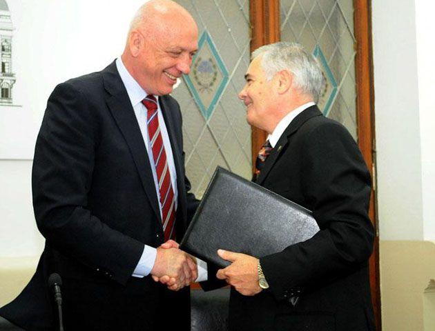El gobernador Bonfatti y el nuevo secretario de Seguridad durante el acto de ayer.