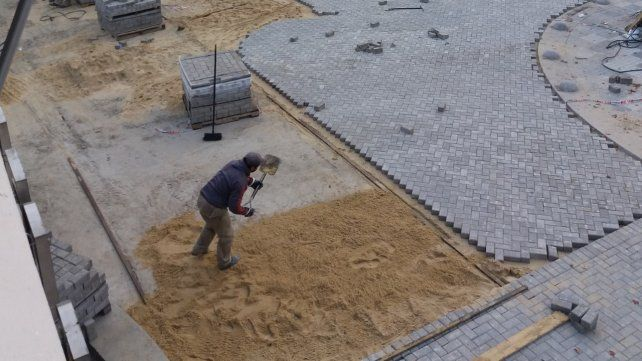 En obra. Los trabajos incluyen el acondicionamiento de plaza Rivadavia.