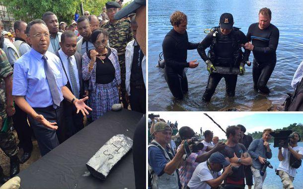 El presidente del Madagascar muestra el lingote que le presentó el explorador estadounidente Barry Clifford.