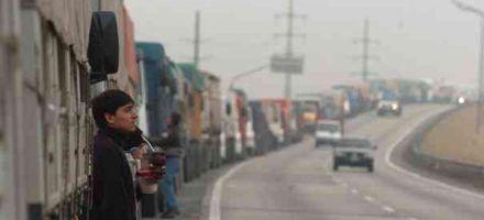 Se va la niebla pero los accesos a Rosario están atascados de camiones