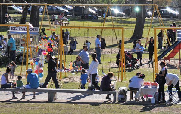 A full. El parque Alem se llenó de público. La zona estuvo atestada de gente que concurría a diversos eventos.