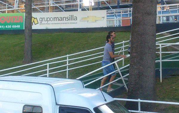 El Chelito arriba al Gigante para presenciar unos minutos del amistoso que jugó el canalla. (Foto vía Twitter @egenovar)