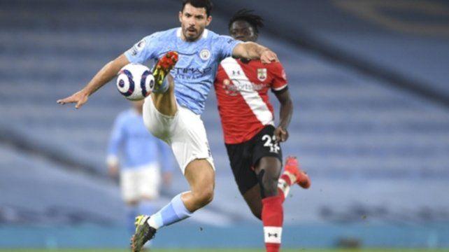 Sergio Aguero controla el balón ante la marca de Mohammed Salisu.