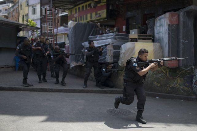 Violencia sin fin. Fuerzas tácticas de la policía (BOPE) responden al fuego de las bandas criminales que asuelan la emblemática favela de Rocinha.
