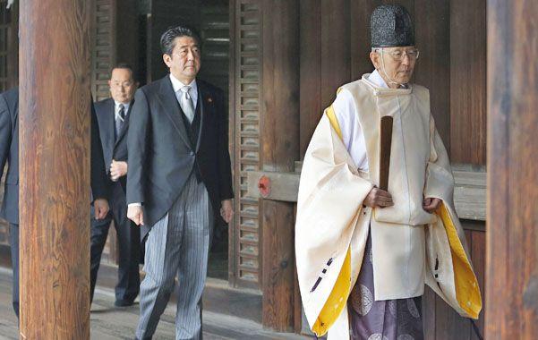 Enfado. El premier llega al templo donde se rinde homenaje a 2