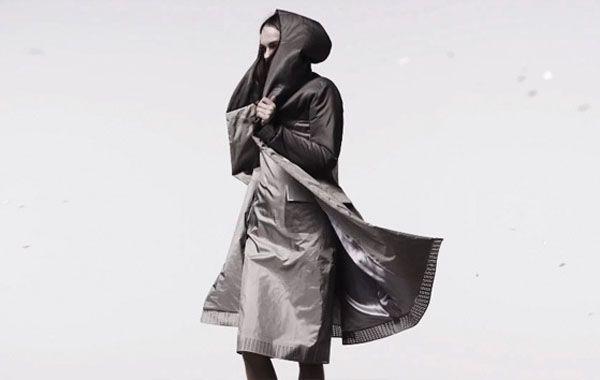 Crean línea de ropa que no sólo protege de la lluvia, sino también de las redes sociales