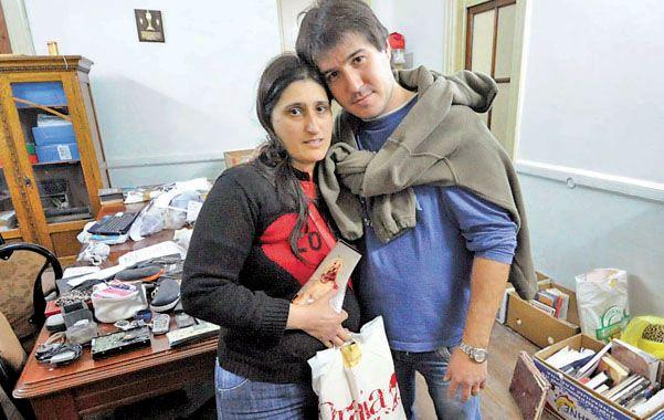 Objetos que ayudan. Carina y Pablo recuperaron instantáneas rescatadas de entre los escombros. (foto: Sebastián Suárez Meccia)