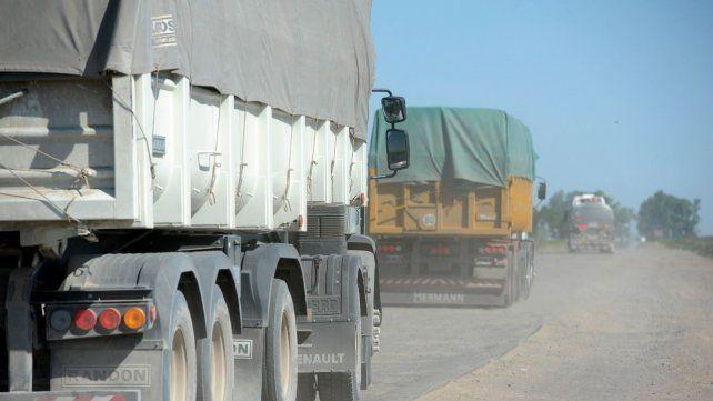 Por el Camino de la Cremería circula una gran cantidad de camiones que se dirigen a las terminales portuarias.