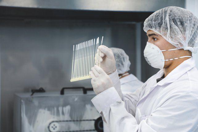 La biotecnológica rosarina comenzó a producir hisopos nasofaríngeos en su planta de Alvear.