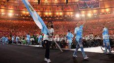 Orgullo. La rosarina Yanina Martínez lleva con emoción la bandera argentina.