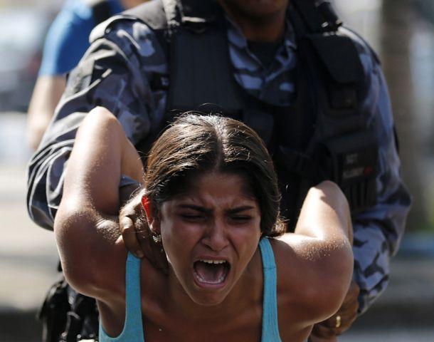 A la fuerza. Una mujer detenida.