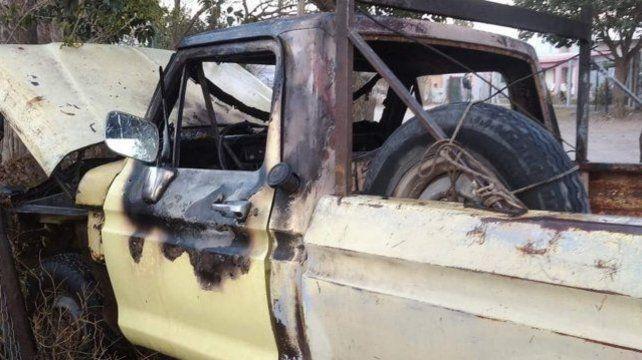 La camioneta Ford F100 estaba totalmente quemada.