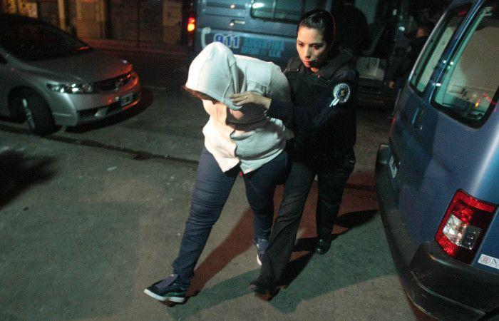 Efectivos de la Federal trasladan a la mujer detenida.