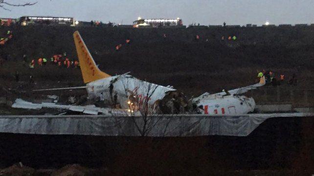 Un muerto y 157 heridos en un avión que se partió en tres